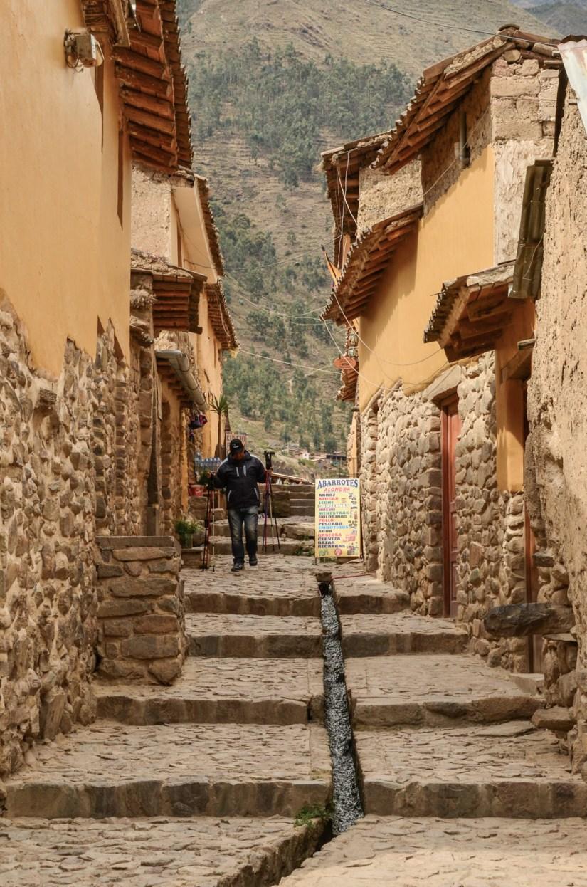 Posvátné údolí Inků je úrodná oblast kolem řeky Urubamba kdesi mezi Cuzcem a Machu Picchu. Místní obyvatelé zde stále žijí tradičním způsobem života a nachází se zde dechberoucí incké ruiny. V tomhle článku se s vámi podělím o zážitky z výletu do posvátného údolí, kdy jsme navštívili Písac, Ollantaytambo a Chinchinero.