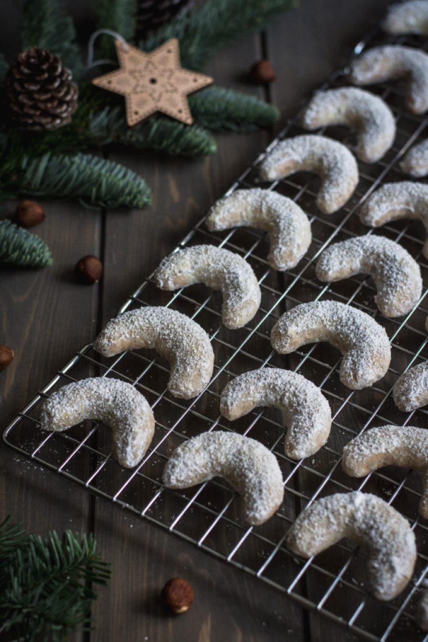 Today I share with you a recipe for a classical Czech Christmas cookies with a Belgian touch: Hazelnut Vanilla Crescent Cookies.