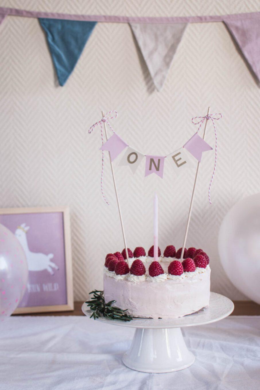 Na Adelinky dort k prvním narozeninám jsem chtěla něco ve zdravější verzi, ale i tak hezky vypadající, a vznikl banánový dort s řeckým jogurtem a malinama.