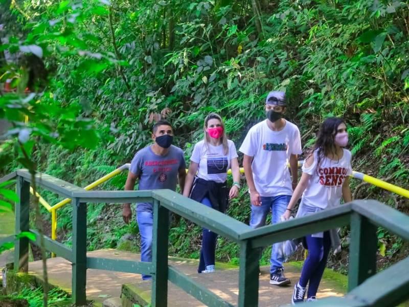 cataratas-do-iguaçu-turistas-foz