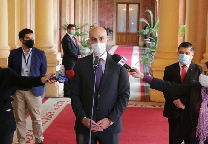 O Ministro da Saúde, Julio Mazzoleni, em entrevista coletiva no Palácio do Governo. Foto Agência IP