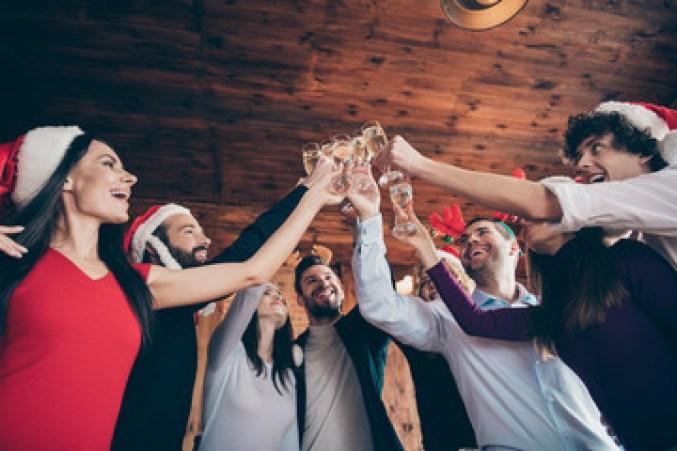 pessoas comemorando festa de festividade de fim de ano