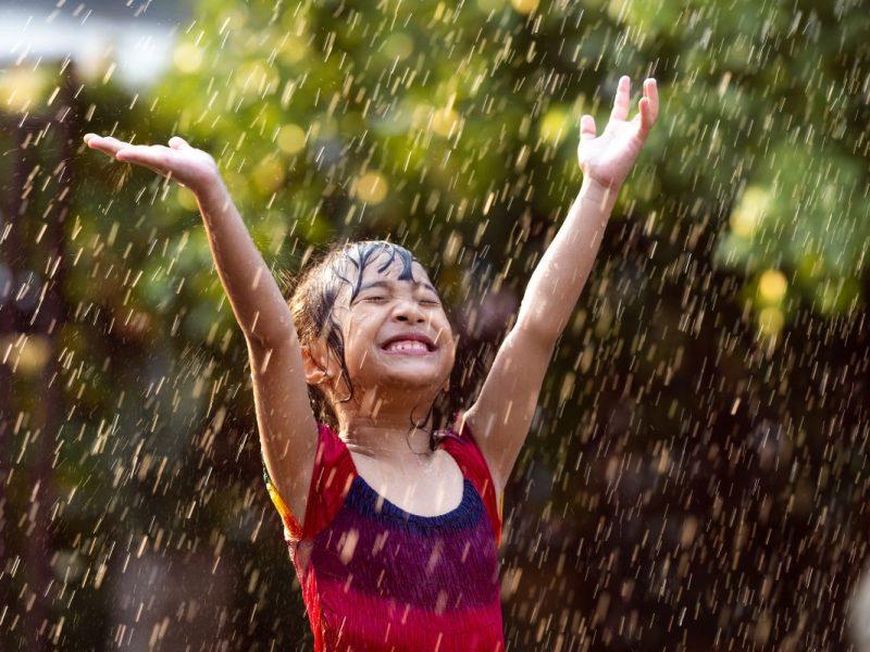 criança-brincando-chuva