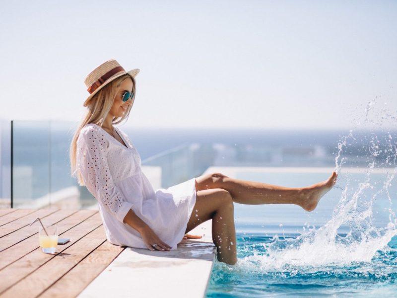 moça na beira da piscina