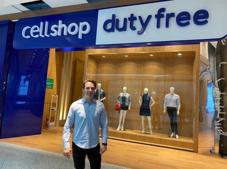 Jorbel, em frente ao novo empreendimento, a loja Dutty Free Shop Cellshop em Foz do Iguaçu.