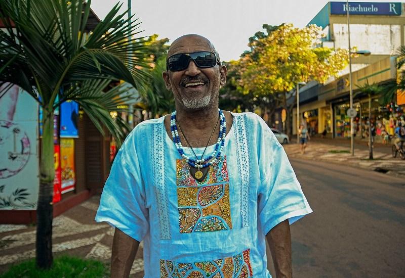 Paulo Roberto Bento, o Nego Bento, na Avenida Brasil em Foz do Iguaçu