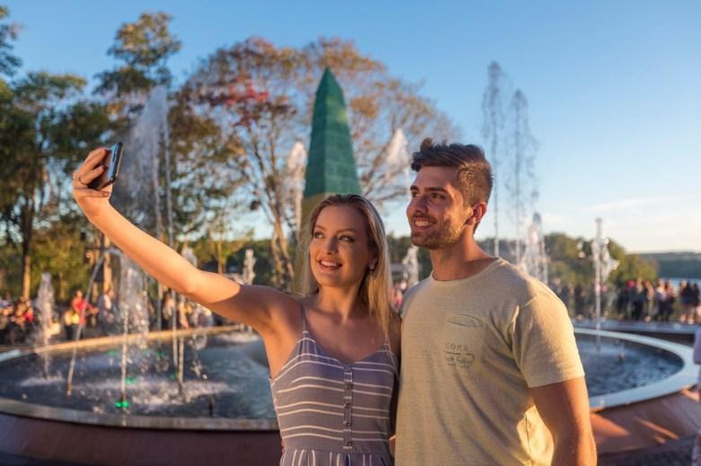 casal fazendo selfie no marco das tres fronteiras em foz do iguacu