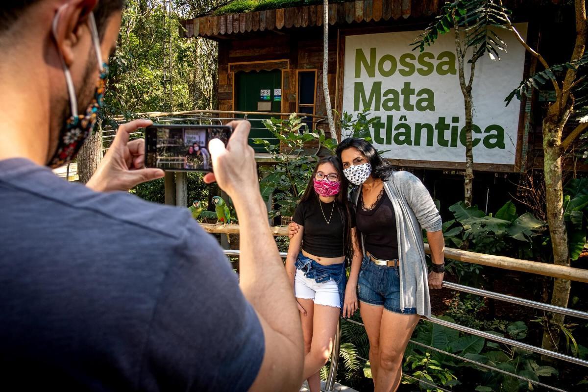 parque-das-aves-turistas-visitando-foz-turismo