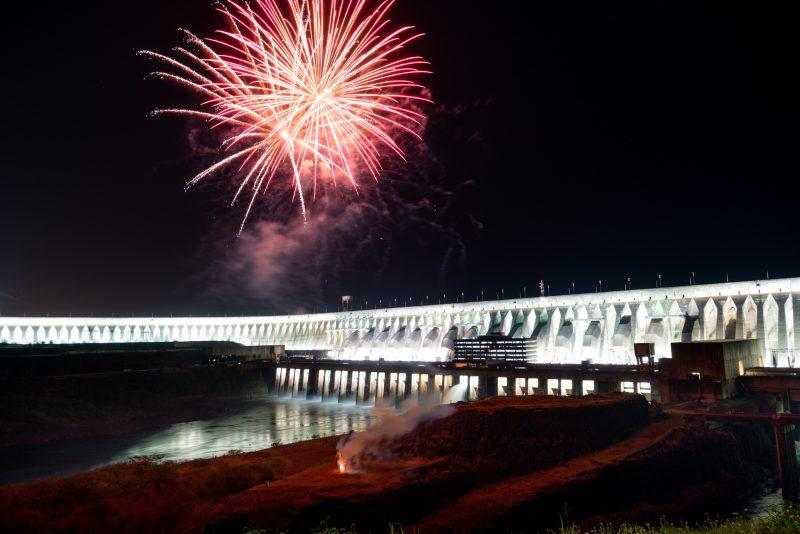 Volta da iluminação da barragem de Itaipu