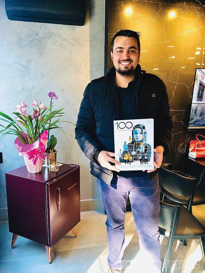 Thiago Sanches Santos visitando a redação