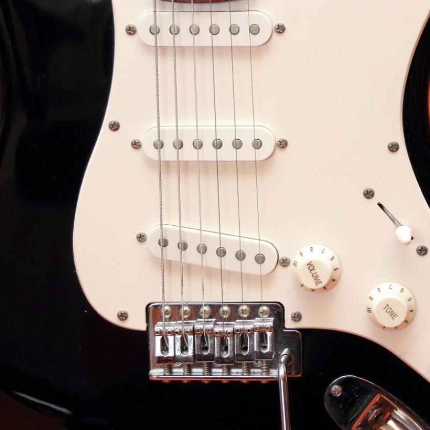 cambiar cuerdas de guitarra eléctrica
