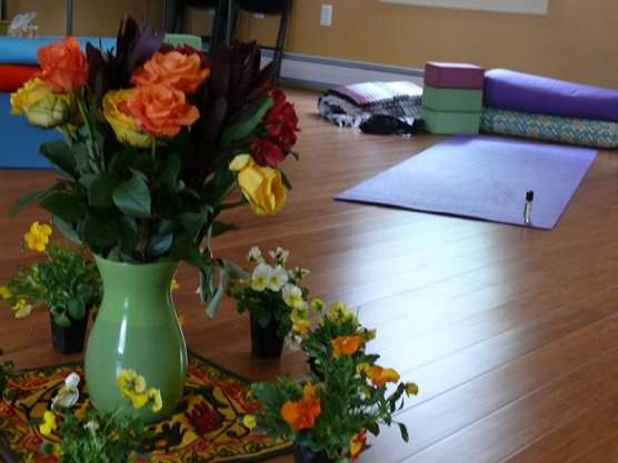 Our yoga mats were arranged in a circle with a beautiful bouquet in the center. The sweet little flowers around the vase were a gift for each participant. Everyone also received a wonderful blend of essential oils.