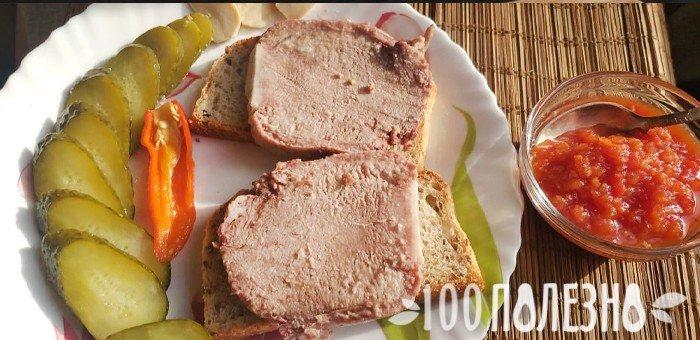 Σάντουιτς με υπο-προϊόντα βοείου κρέατος και αλατισμένα αγγούρια