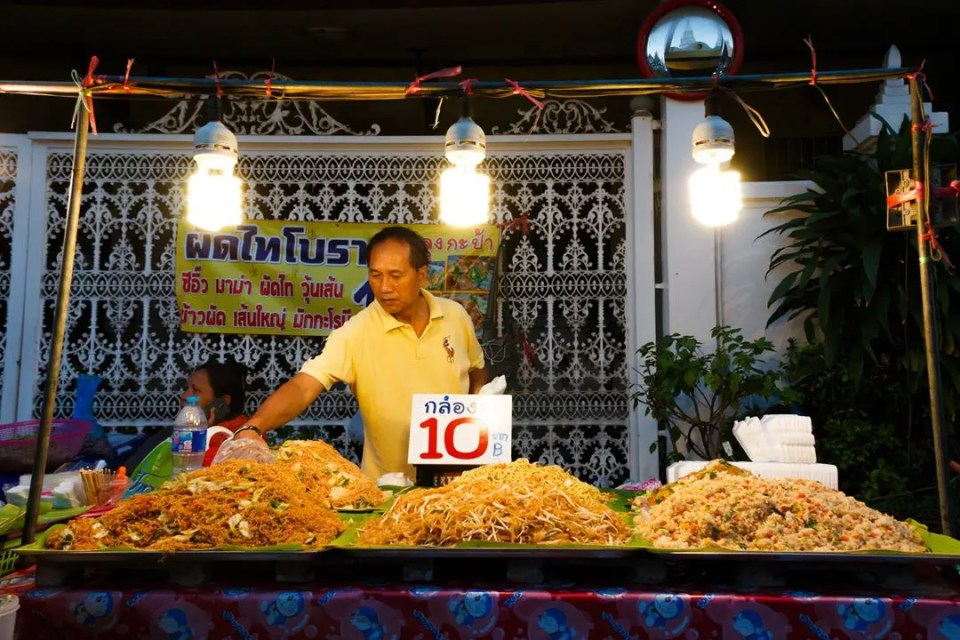 A street vendor selling fried noodles and rice at Wat Yannawa