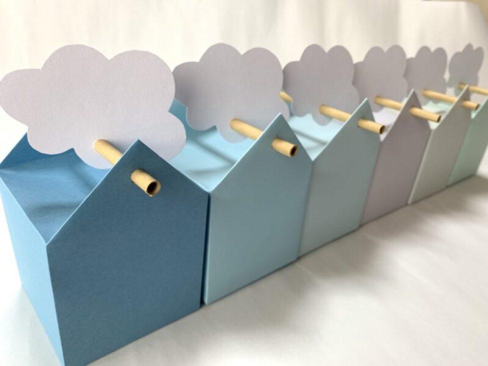 雲の飾りをつけたギフトボックス