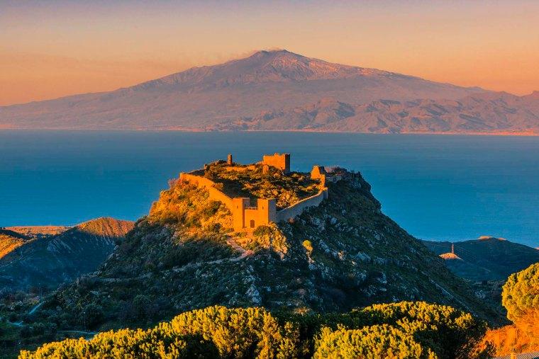 Castello Sant'Aniceto e l'Etna