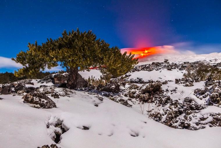 Colata lavica dai crateri sommitali