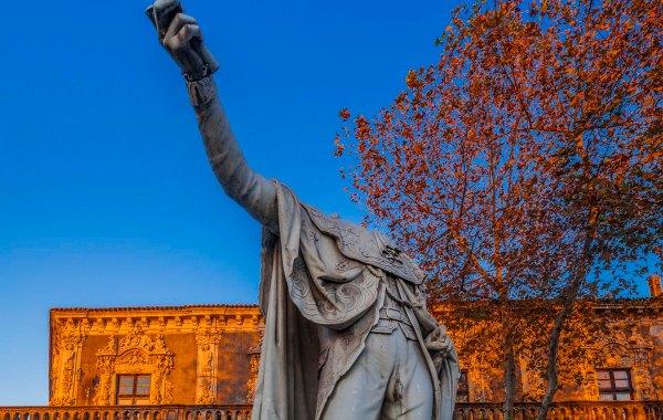 La statua acefala del re Nasone davanti al Palazzo Biscari