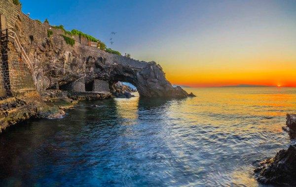 Arco naturale nella scogliera di pietra lavica