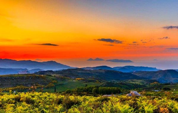 Dai monti Nebrodi la vista delle isole Eolie