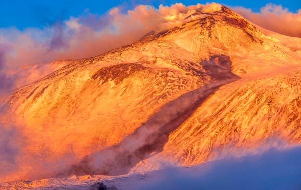 Etna, fiume di lava sulla neve