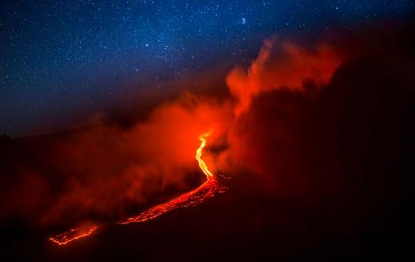 Etna, colata lavica nella Valle del Bove.