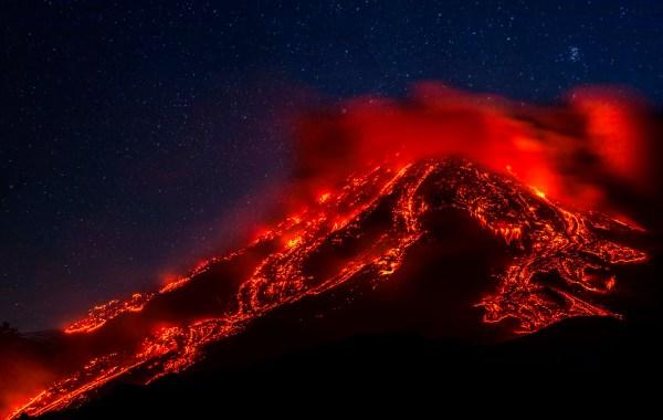 Etna, colate laviche dal cratere di sud est