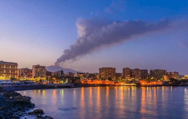 Lungomare di Catania con l'Etna in eruzione
