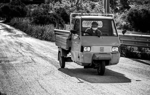 L'Ape Piaggio nelle stradine di campagna nei monti delle Madonie