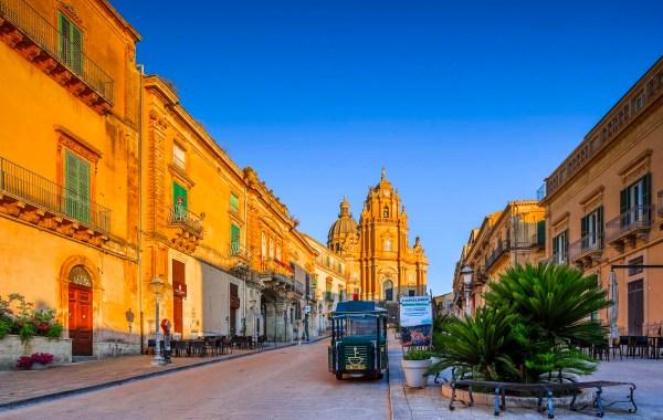 Ragusa Ibla, piazza Duomo e la Cattedrale San Giorgio