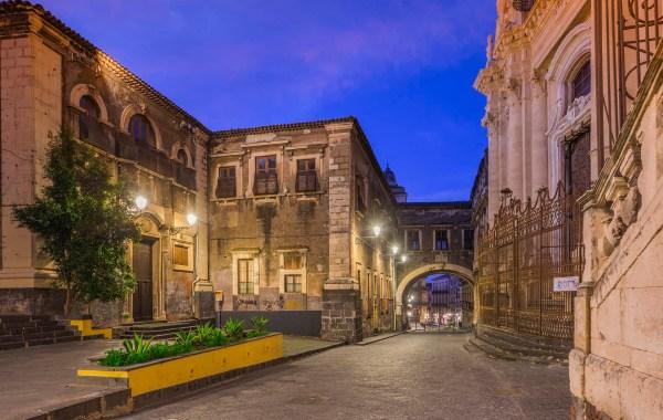 Via Crociferi, convento delle Suore Benedettine e l'arco di San Benedetto
