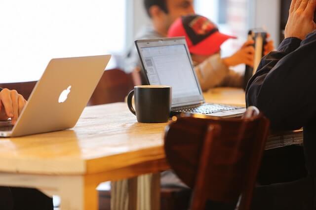 カフェで仕事や勉強をする人