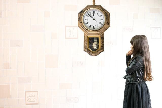 時計を眺める少女