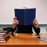 何冊もの本を読む学生