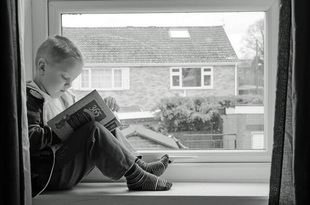 読書に没頭する子供