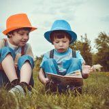 本を見る少年たち