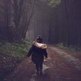 一人で歩く子供