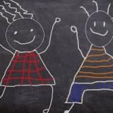ボードに描かれた子供たち