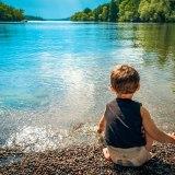幼児と水面と