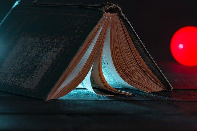 本に差し込む一筋の光