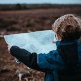 子供が地図を見る
