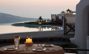 Perivolas Oteli, havuz ve deniz manzaralı restoranı