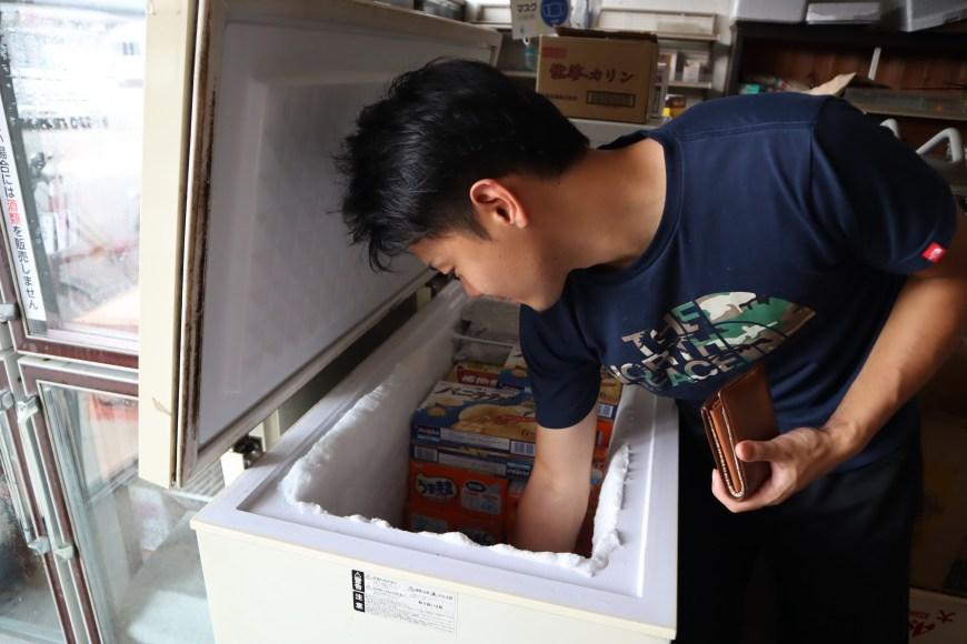 冷凍庫からアイスを選ぶ