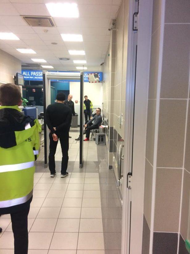 Dave Gahan podczas kontroli bezpieczeństwa w Pradze.
