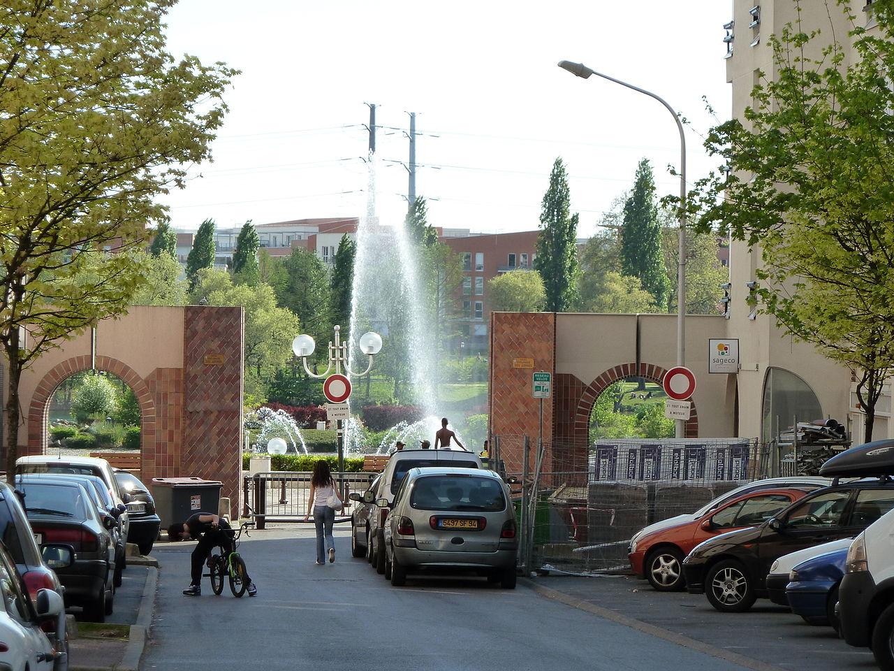 1280px-Créteil_Rue_de_Kiryat-Yam_jet_d'eau