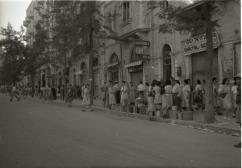 Queue_for_water._Jaffa_Road._1948