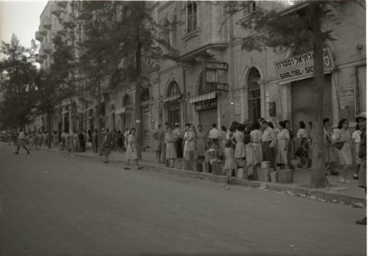 Queue_for_water._Jaffa_Road._1948