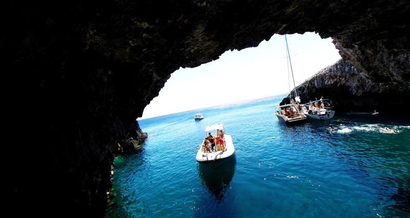 Una Cueva De Aguas Verdes En Una Isla Demasiado Bonita