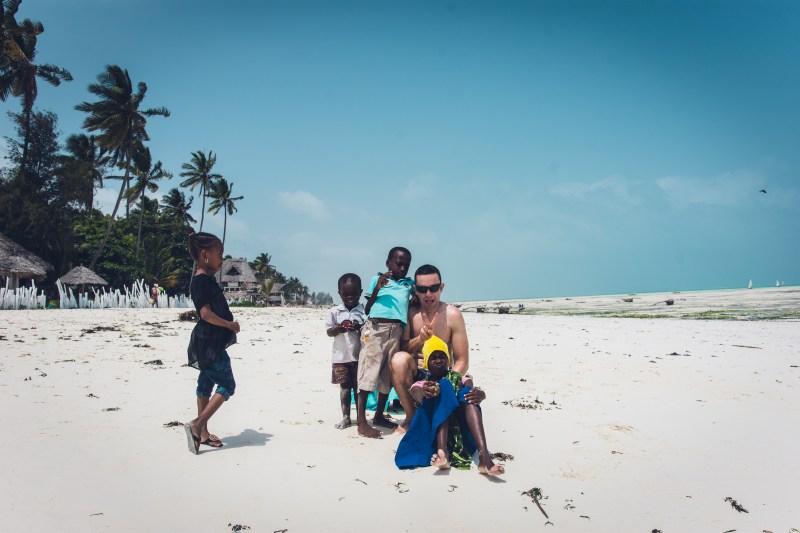 Децата на плажа в Джамбиани