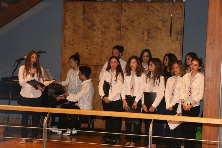 Η εκδήλωση ξεκίνησε με μελοποιημένη γαλλική ποίηση που αποδόθηκε από το Μουσικό Σύνολο του Μουσικού Σχολείου Χανίων